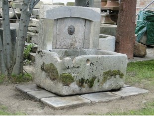 Historischer Sandsteinbrunnen mit Löwenkopfspeier - Komplett