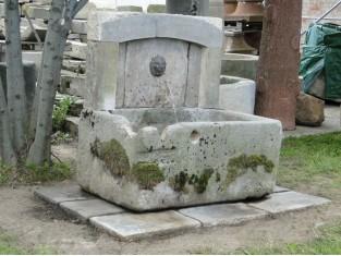 Historischer Sandsteinbrunnen mit Löwenkopfspeier